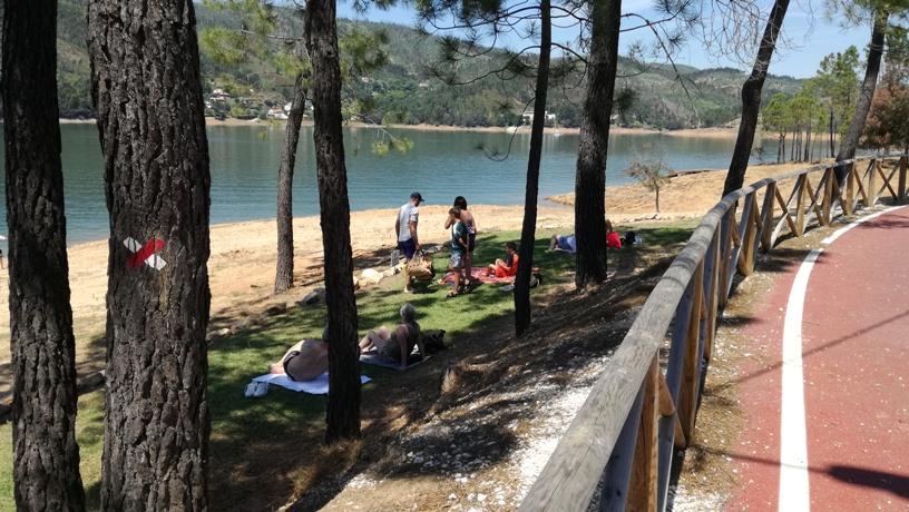 Zona de Sombra de Pinheiro junto á agua