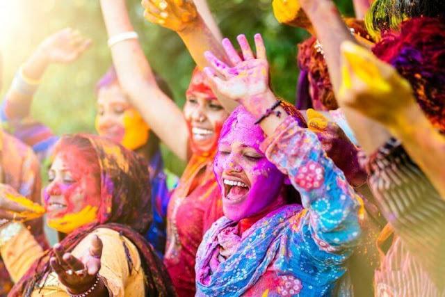 Là quốc gia tôn giáo, người dân Ấn độ luôn có những lễ hội dành riêng cho các vị thần của họ. Và mỗi lễ hội đều có cách tổ chức khác nhau nhưng lại có một điểm chung: rực rỡ và đầy màu sắc.    Holi được mệnh danh là một trong những lễ hội nổi tiếng nhất ở Ấn Độ. Đây là một lễ hội tôn vinh tình yêu, sự khởi đầu của mùa xuân và ca ngợi cái thiện chiến thắng cái ác. Vào ngày này, mọi người thường ra đường và bôi lên người nước màu và bột màu.