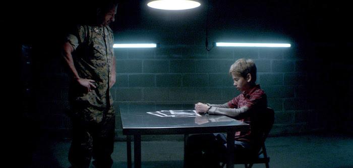 Interogatoriul din filmul scurt sci-fi Envoy