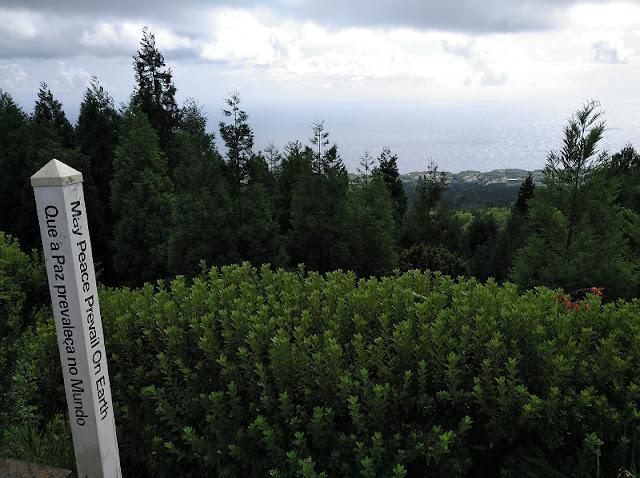 Poste por la paz en el camino del Mirador de Gruta del Infierno en Sete Cidades (Azores)