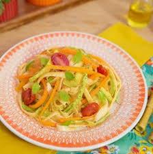Talharim tricolor de abobrinha, cenoura e tomate