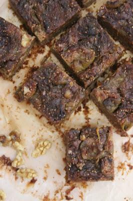 Cuillère et saladier : Carrés biscuités figues et noix (vegan)