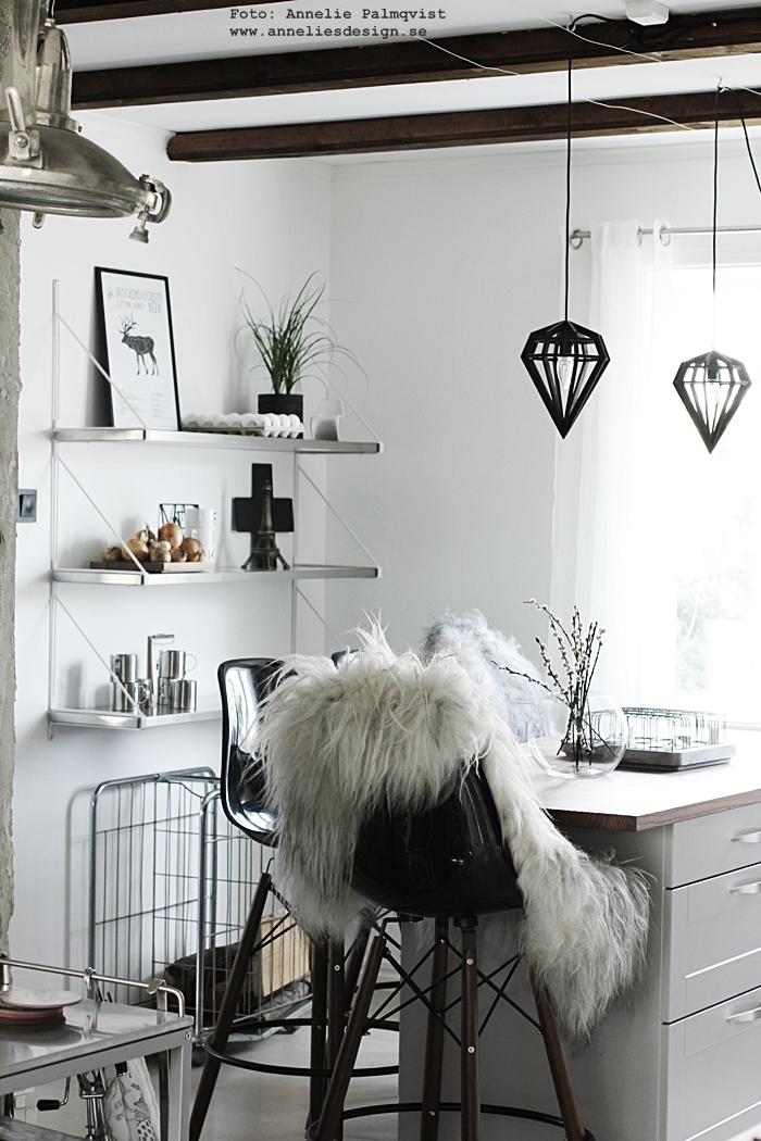 kök, köket, kökshylla, hylla, hyllor, svart och vitt, döden lampa, tvåfota design, kors, diamantlampa, diamant, industriellt kök, industriella, industristil, styckningsdetaljer hjort, vilt, styckningsschema hjort, tavla, tavlor, poster, posters, konsttryck, köksö, vitt, vit, vita, annelies design, webbutik, webbutiker, webshop, eiffeltorn prydnad, eiffeltornet i inredningen, isländska fårskinn, fårskinn, skinn, fäll, city trivet varberg, underlägg,