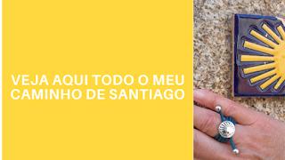 Mão com anel em cima de um azulejo símbolo do Caminho de Santiago