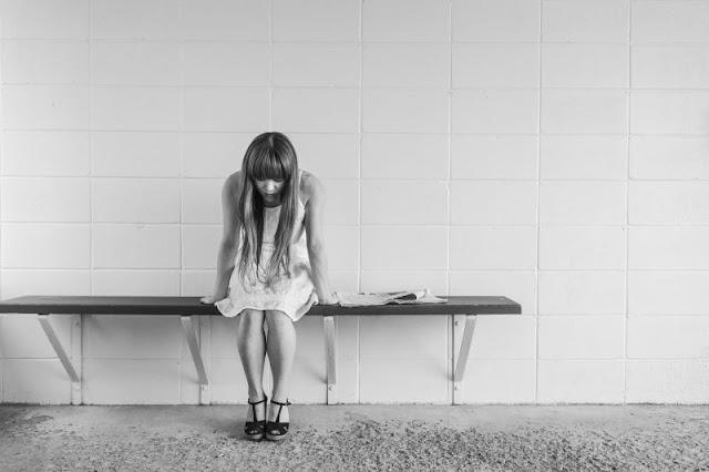 smutna, chora dziewczyna
