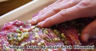 Simpan Dalam Keadaan Telah Dibumbui merupakan salah satu tips menyimpan daging kurban agar tetap segar