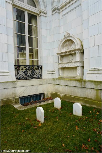 Cementerio de Mascotas en el Exterior de la Mansión Rosecliff, Newport