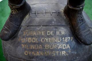 türkiyede futbol tarihi, ilk futbol oynanan yer neresi, türkiyede ilk futbol nerede oynandı, bornova belediyesi, izmir, ilk futbol heykeli, türkiyede ilk futbol ne zaman oynandı,