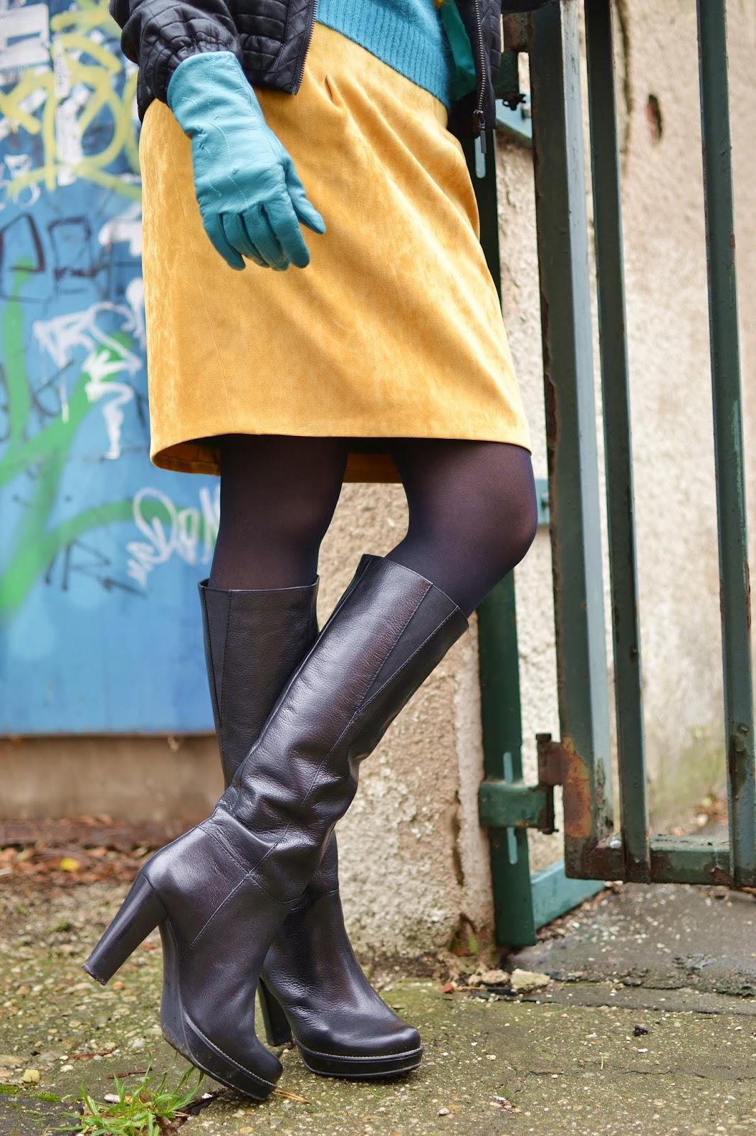 Outfit dňa - hra tyrkysovej, žltej a čiernej_Katharine-fashion is beautiful_Tyrkysové kožené rukavice_Čierne pančuchy_Tyrkysový sveter_Katarína Jakubčová_Fashion blogger