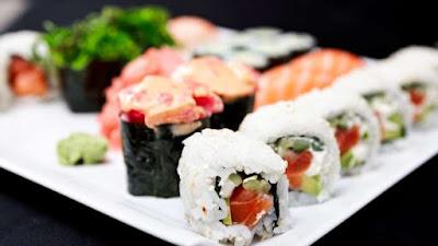 Il sashimi è un piatto tipico della cucina giapponese, che consiste nel solo pesce crudo. Il pesce è ricco di omega-3, proteine, vitamine, fosforo e iodio e mangiandolo crudo abbiamo la certezza che i principi nutritivi non si disperdano in cottura (ecco perché fa bene mangiare il pesce). Il salmone è leggermente più grasso rispetto gli altri pesci: se ne mangiamo 100 grammi, siamo intorno alle 180 kcal. Per quanto riguarda il tonno, invece, raggiungiamo le 150 kcal e per il gambero siamo sulle 70 kcal, sempre per 100 grammi.