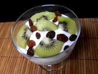 Crema de yogur y queso con kiwi.