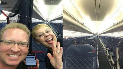 Ông Steven Schneider (trái) chụp ảnh với tiếp viên chuyến bay mà chỉ có mình ông là hành khách