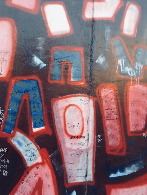 Detalle de uno de los graffitis del muro de Berlín