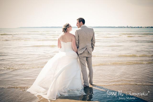 photo mariés de dos devant la mer qui se regardent, love, bonheur