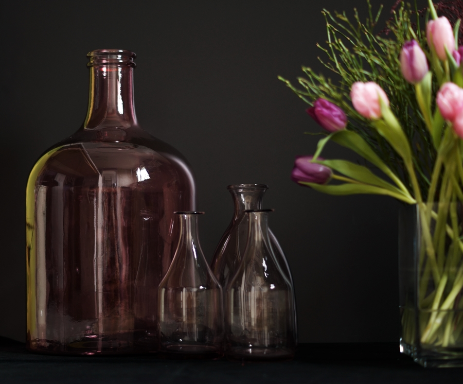 Blog + Fotografie by it's me! - fim.works - Glasflasche, Glasvasen, lila- & rosafarbene Tulpen