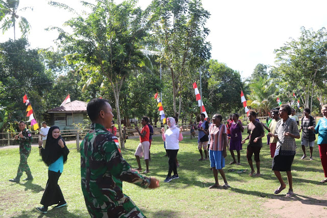 Personel Satgas Yonif 411 Kostrad Gelar Senam Kebugaran Untuk Ibu-Ibu di Perbatasan RI-PNG