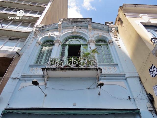 Perspectiva inferior da parte alta de uma fachada antiga na Rua Florêncio de Abreu - Centro - São Paulo