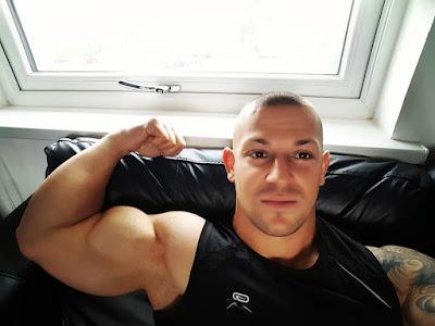 muskarac-hvaljenje-bicepsom-pokazivanje-misica-na-telu