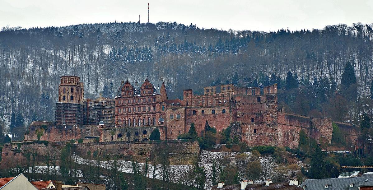 Etwas zum Abkühlen: Das Heidelberger Schloss im winterlichen Frühjahr