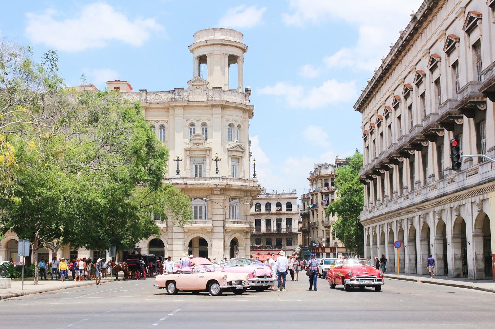 Voitures américaines sur Parque Central à La Havane - Cuba