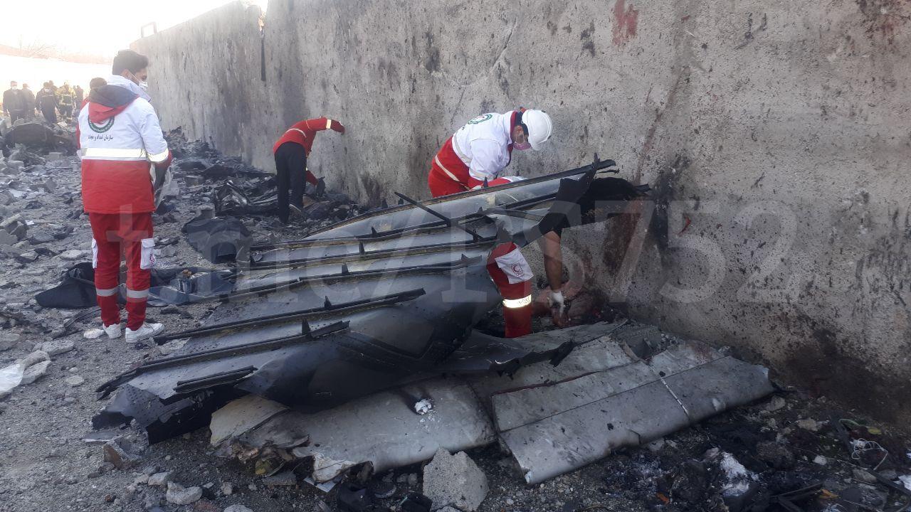 Mediķi starp lidmašīnas atlūzām meklē bojā gājušo mirstīgas atliekas