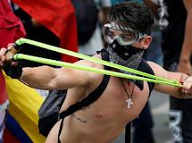 Protesto contra Maduro acaba em confronto entre manifestantes