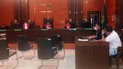 Yandi Mustiqa sedang membacakan tanggapannya di PN Padang