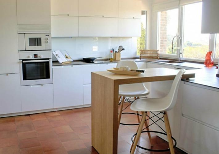 Decoraci n f cil medidas y consejos para instalar una - Taburetes para barra de cocina ...