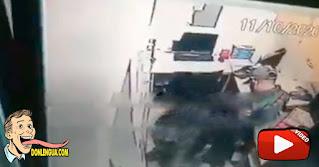 Dos PNB quedaron grabando al atracar la caja fuerte de un local comercial en  Macaracuay
