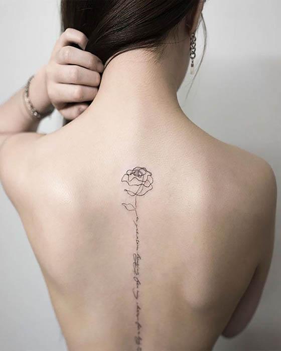 tatuaje de flor en la espalda con frase femenino