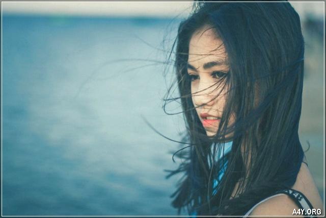 cô gái buồn với tóc dài bay bay