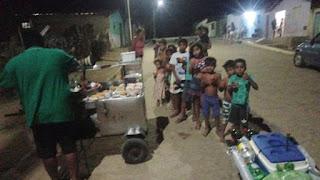 Vendedor de cachorro quente distribui lanche com crianças carentes de Cubati