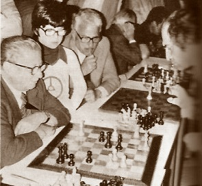 Partida de ajedrez Misha Tal vs Agustí Massó, simultáneas en 1977