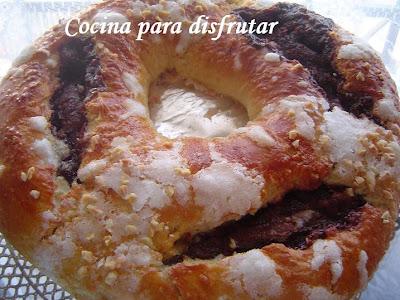 roscón o tortel de Reyes relleno de crema de chocolate y turrón