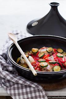 tajine di pollo, peperoni, cipolle e zucchine