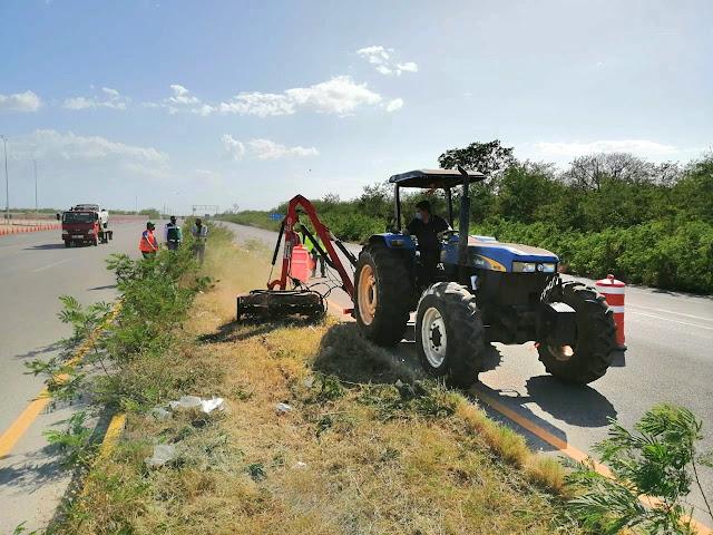 Supervisan acciones de conservación rutinaria en la red carretera federal de Yucatán. Fotos SCT Yucatán