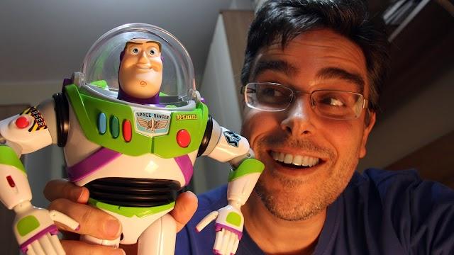 """""""Tive que parar para respirar"""": diz Guilherme Briggs, dublador de Toy Story"""