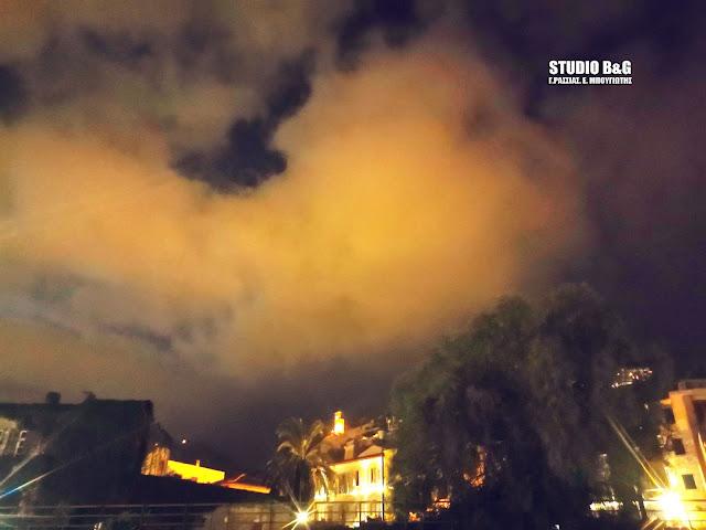 Κόκκινα σύννεφα κατέκλυσαν τον νυχτερινό ουρανό του Ναυπλίου - Πως εξηγείται το φαινόμενο