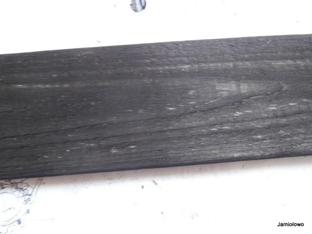 deska pomalowana na ciemny kolor