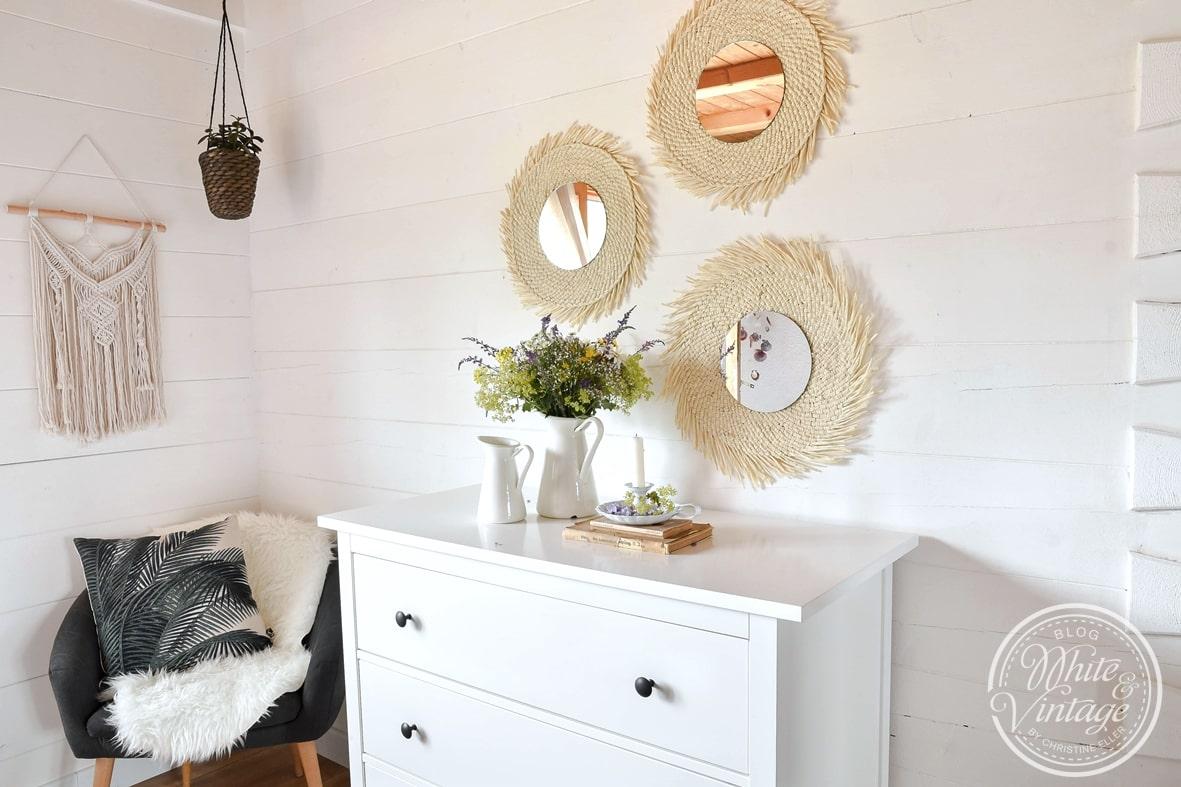 Natürliche Wanddeko mit selbstgebastelten Wandspiegeln.