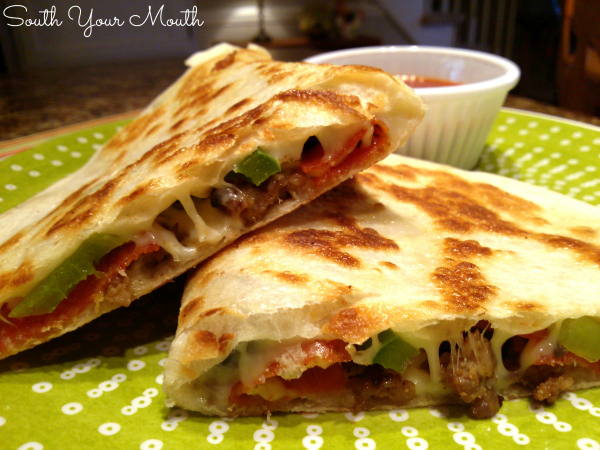 Pizzadillas! A cross between a PIZZA and a QUESADILLA, this is a super quick and easy recipe for weeknight meals or hot lunches that takes all your favorite pizza toppings and cooks them in a skillet on a tortilla.