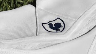 شعار توتنهام على قميص توتنهام الجديد 2022
