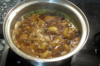 Haciendo chutney de pera con especias.