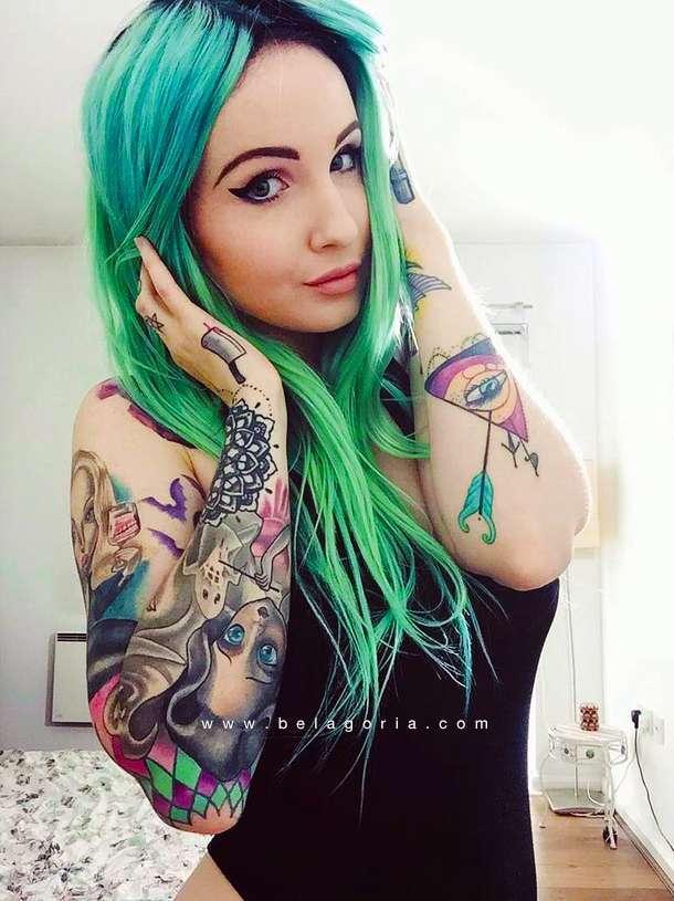 Vemos posando a una modelo de mirada penetrante, lleva tatuajes femeninos