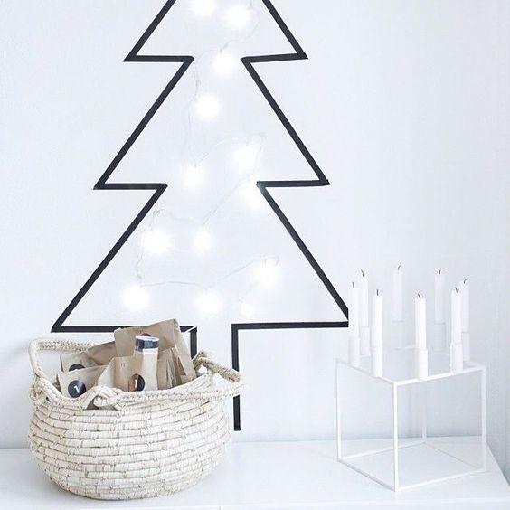 Un Árbol de Navidad sencillo y moderno hecho con cinta adhesiva