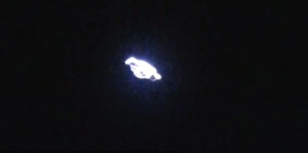 Geger! Video Asli Penampakan UFO dengan Pancaran Sinar ...