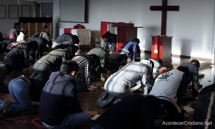 Cristianos chinos orando en iglesia