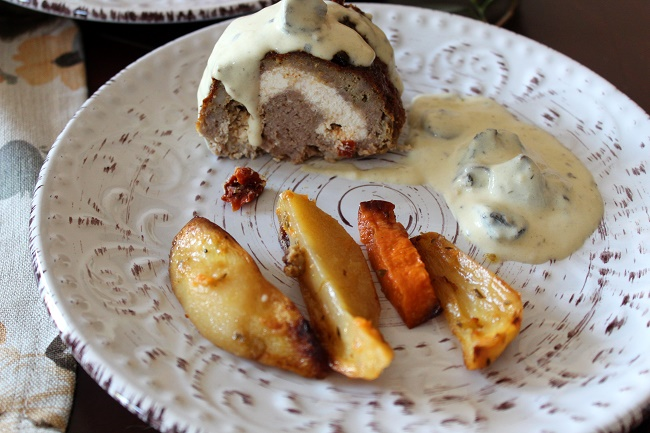 Ρολό κιμά γεμιστό με δύο γεμίσεις και σάλτσα μανιταριών