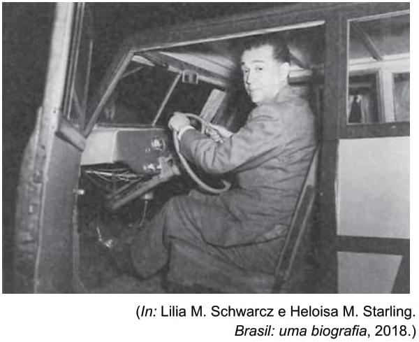 FAMERP 2021: Observe a imagem de 1956, que mostra o presidente Juscelino Kubitschek em carro de fabricação nacional.