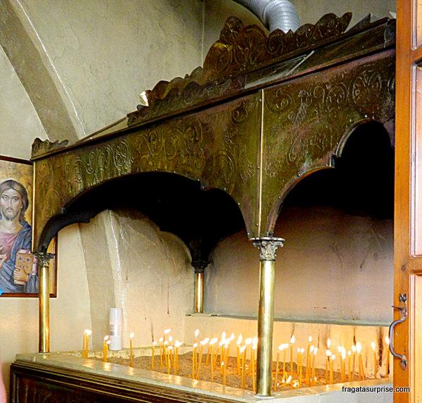 Velas com pedidos e agradecimentos ao ícone milagroso do Mosteiro de São Miguel de Panormiti, na Ilha de Sými, Grécia